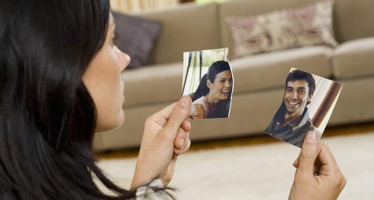 Una mujer rompe una foto en la que aparece con su expareja
