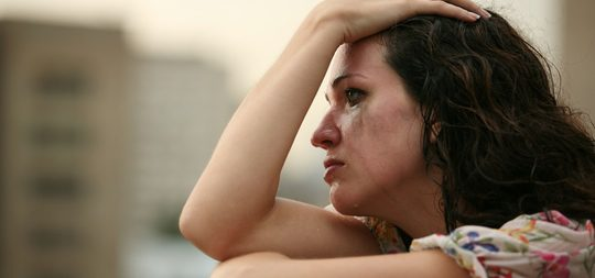 Una mujer llora por su relación rota