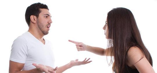 Pareja discutiendo