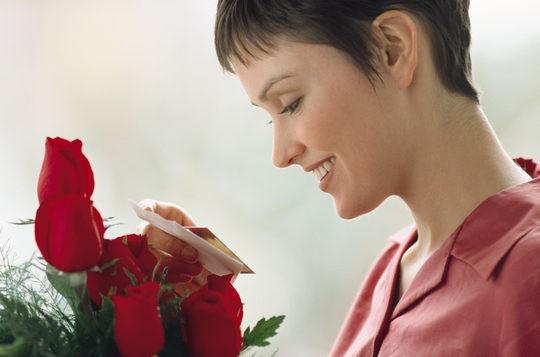Mujer recibe flores por San Valentín