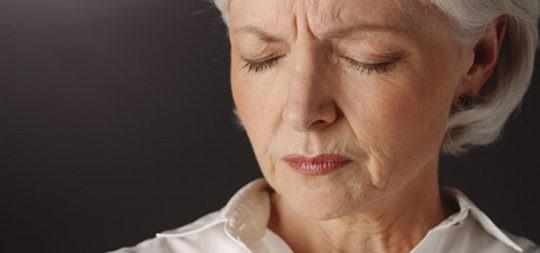 Mujer que sufre los efectos del climaterioy la menopausia
