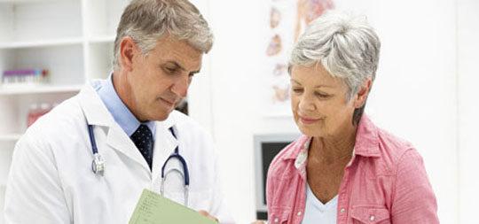 Mujer en edad de climaterio en una visita al ginecólogo