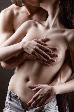 Una pareja manteniendo relaciones sexuales