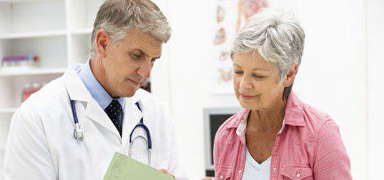 Mujer durante una visita al ginecólogo
