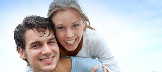 Se puede formalizar una relación mediante una boda o inscribiéndose como pareja de hecho