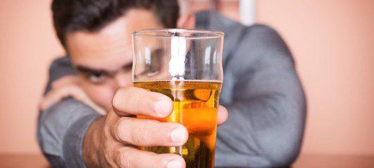 El alcohol inhibe el sistema nervioso y dificulta la erección