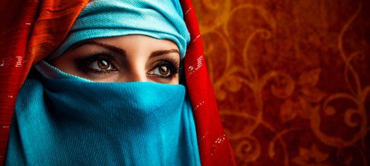 Mujer musulmana tapada con un velo