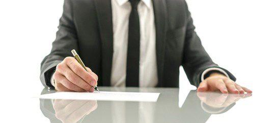 Hombre firmando los papeles del divorcio