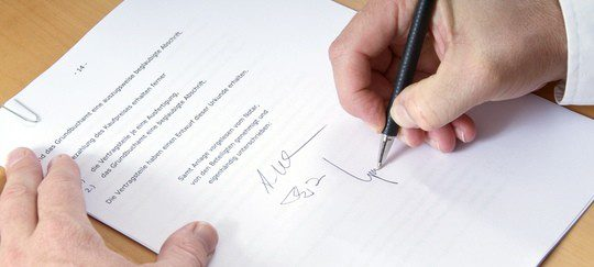 Hombre firmando el divorcio