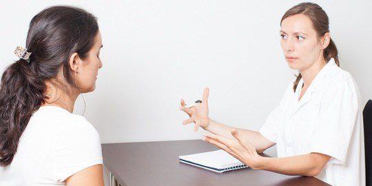Mujer consultando a una ginecóloga por el picor en la vagina