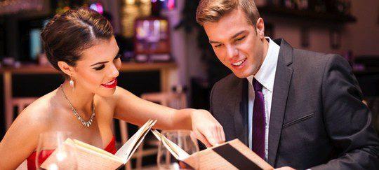 Una cena o una comida puede ser la mejor opción para una primera cita