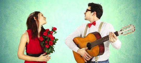 Enamorado cantando una canción a su pareja