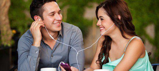 Pareja escuchando canciones de amor