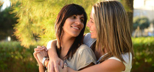 Joven pareja de lesbianas