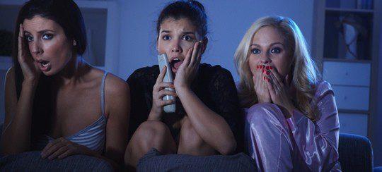 Chicas viendo una película de terror