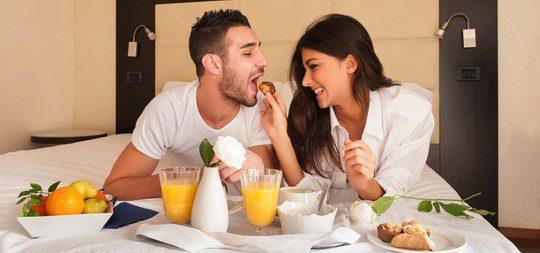 Desayunar juntos en la cama puede ser una forma de innovar