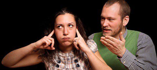 Una chica ignora a su novio