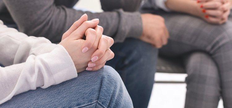 Primero está bien intentar solucionar en pareja pero sino, se recurre a terapia