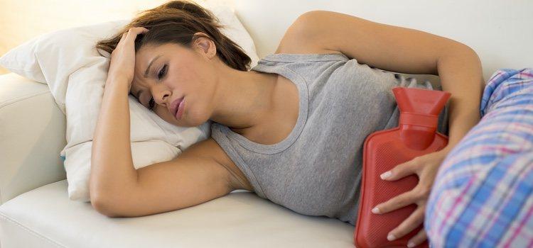 Aplicar calor es una solución de toda la vida que viene muy bien para el dolor menstrual