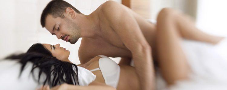 Para garantizar que tu chica no sufra lesiones sitúate arriba, y así también encontrará mayor placer