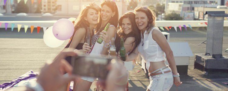 La despedida de soltera se realiza con tiempo de antelación, asimismo son las amigas de la novia y la familia quién la organiza