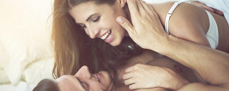 La atracción por tu compañero de piso a veces no se puede evitar y eso conduce al encuentro sexual
