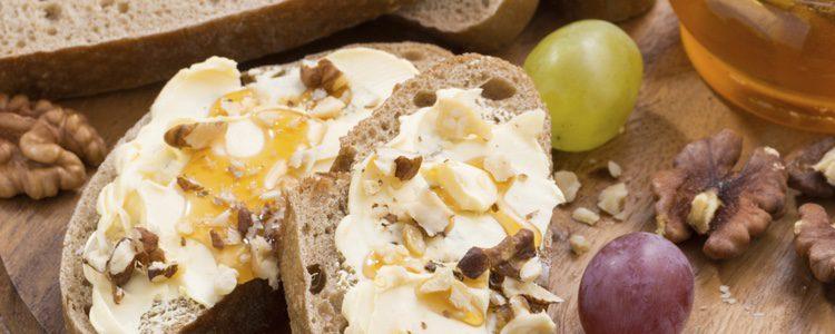 Delicioso queso con uvas y miel