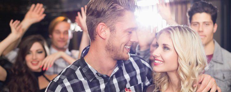 Es una noche para conocer a los amigos de tu pareja, por tanto, evita centrarte en ella