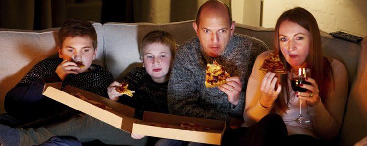 Difruta de un plan en casa viendo una película que os guste a todos y pide pizza