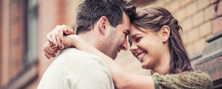 No dudes en sacarle una sonrisa a tu pareja