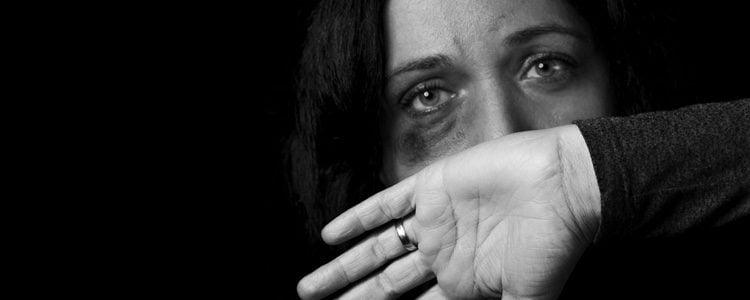 La mujer maltrata está rodeada de anulación