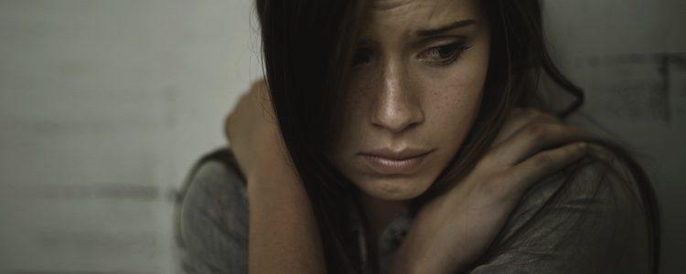 La soledad y falta de libertad dominan los pensamientos de la mujer maltratada
