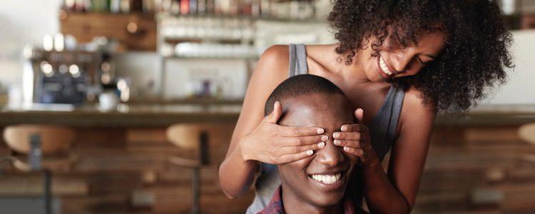 Una chica da una sorpresa a su novio con una bonita frase