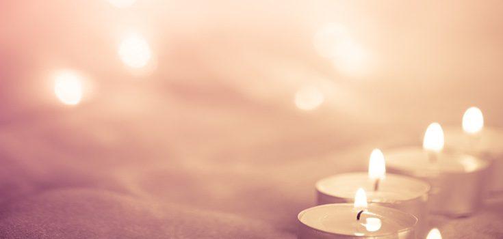 Puedes rodear la cama de velas rosas, las del amor