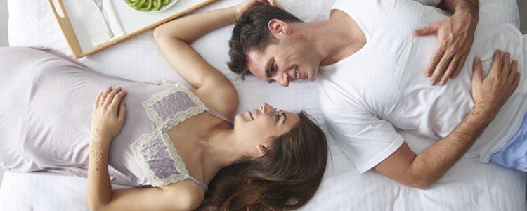 Pide el desayuno por teléfono y compártelo con tu pareja en la cama