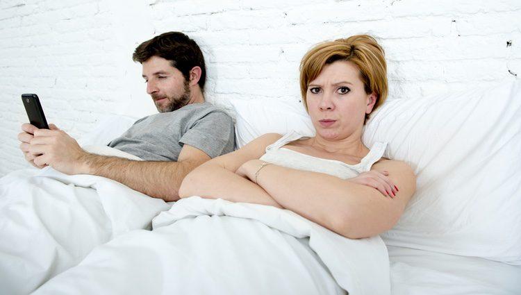 Si tu pareja no puedes estar más de unos minutos sin coger su móvil es posible que sea un 'phubber'
