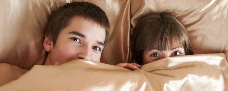 Si no quieres que te caiga semen en los ojos pídele a tu pareja que te avise cuando vaya a eyacular