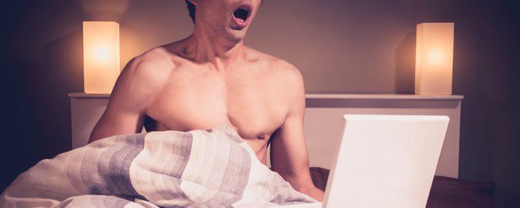 Masturbarse mientras nos miran puede llegar a ser muy erótico
