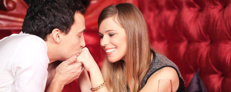 Una cena romántica es una buena opción para sorprender a tu pareja