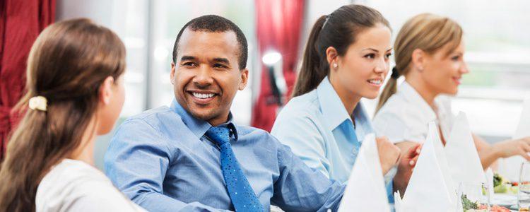 Las cenas de trabajo pueden ser una tentación si te gusta un compañero/a