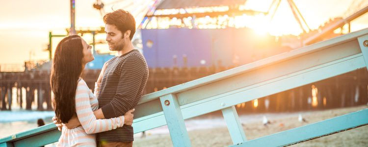 Una buena cita romántica con algún que otro regalo es con lo que más puedes impresionar a tu pareja