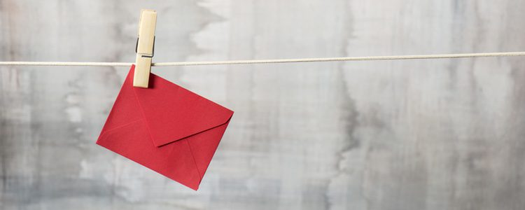 La carta o la tarjeta de enamorados puedes decorarla a tu gusto