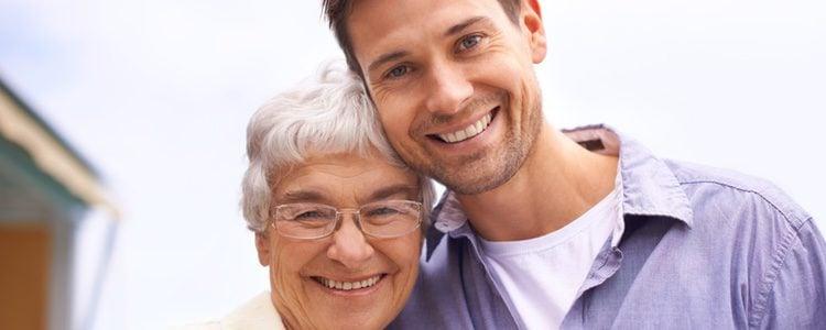 Tu novio puede estar viviendo con sus padres por muchas razones; pregúntale el porqué