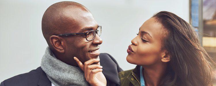 Hacer sonreír a tu pareja puede ser una forma de conquistarla cada día más
