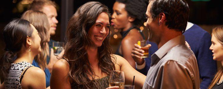 Apuntarte a eventos sociales o salir con los amigos son formas de encontrar pareja