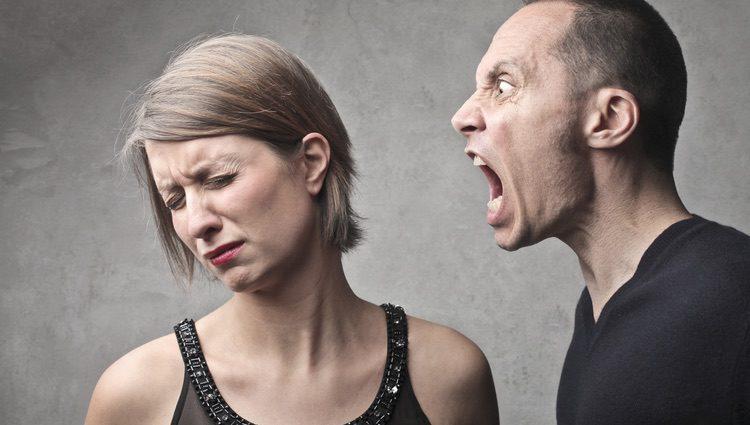 Las amenazas físicas o verbales son un signo de machismo