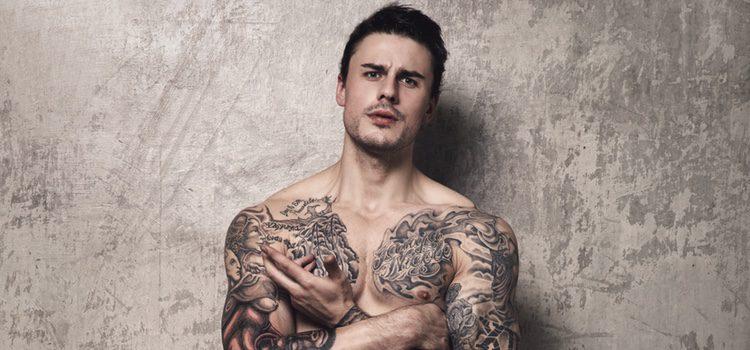 Los hombres con tatuajes en el pecho realzan su figura
