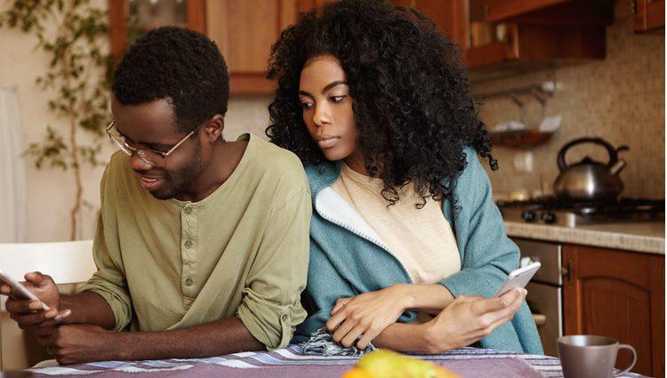 Antes de desconfiar, habla seriamente con tu pareja