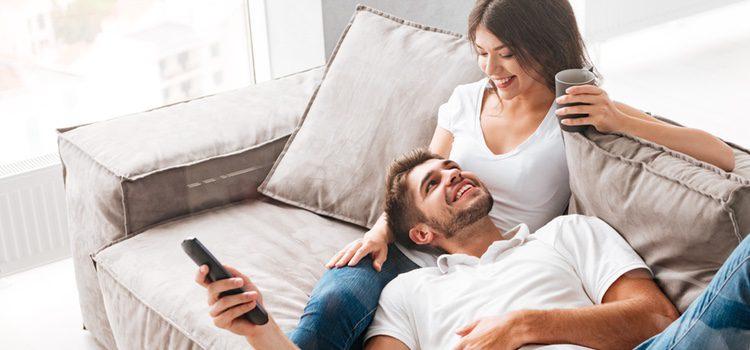 Ver películas con tu pareja es siempre un buen plan casero