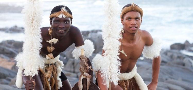 En las bodas de rito zulú se utilizan plumas y pieles